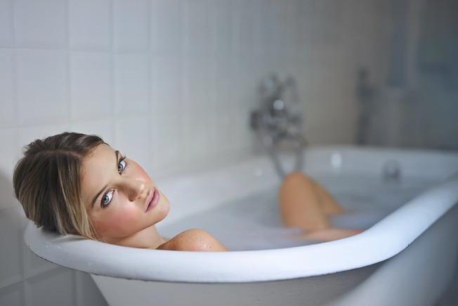 晚上洗澡,建議在睡前兩小時,才不會影響到睡眠品質。(取材自pexels)