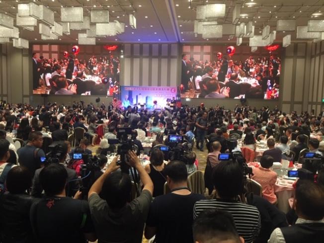 近千僑民參加歡迎韓國瑜晚宴,人們不斷高呼「韓國瑜,選總統!」「韓國瑜,救台灣!」「選總統!救台灣!」(記者楊青/攝影)