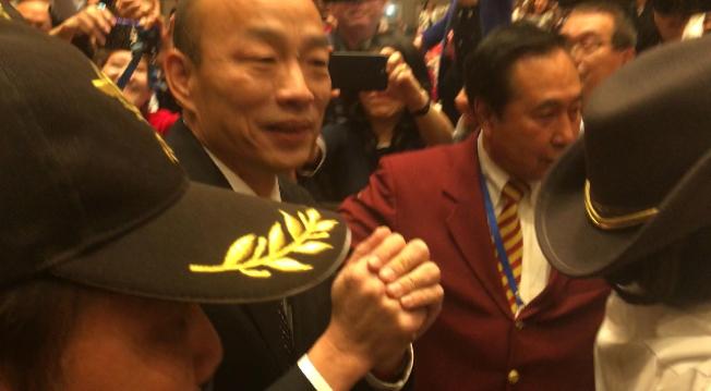 韓國瑜一路雙手抱拳,向民衆致意。(記者楊青/攝影)
