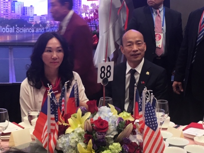 韓國瑜和夫人李佳芬在主桌子就坐。(記者楊青/攝影)