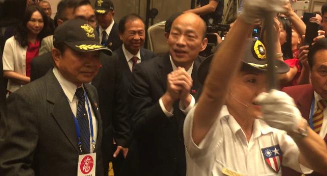 高雄市長韓國瑜13日在民衆高昂的熱情中步入歡迎晚宴會場。(記者楊青/攝影)