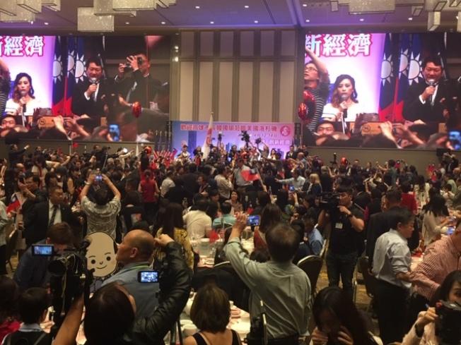 近千僑民參加歡迎韓國瑜晚宴,人們不斷高呼「韓國瑜,選總統!」「韓國瑜,救台灣!」「選總統!救台灣!」現場氣氛熱烈。(記者楊青/攝影)