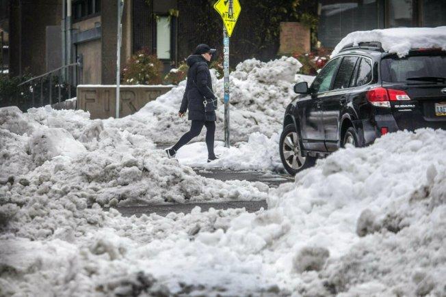 西雅圖出現罕見大雪,一名18歲少年剷雪一周賺3萬5000元。(美聯社)