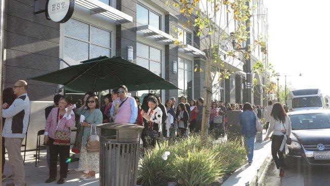 高雄市長韓國瑜美西時間14日上午9時在洛杉磯有一場千人演講會,主題為「點亮高雄、創新經濟」,當地一早就吸引大批華僑排隊等候入場,人龍一度長約400公尺。記者王慧瑛/攝影