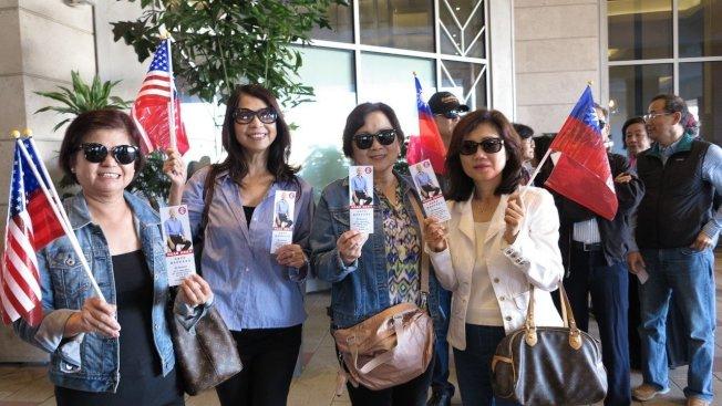 高雄市長韓國瑜美西時間14日上午9時在洛杉磯有一場千人演講會,一早就吸引大批華僑排隊等候入場,人龍一度長約400公尺。記者王慧瑛/攝影