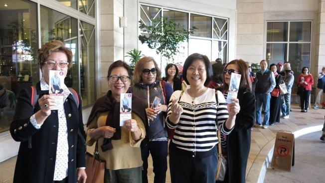 不少華僑著國旗裝,手持國旗入場,也有高齡80、90歲的老華僑由家人陪同參加,場面熱絡。記者王慧瑛/攝影