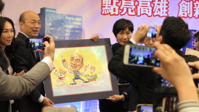 韓國瑜在洛杉磯演講,現場促選總統聲音不絕於耳,韓粉還送上紀念品。記者王慧瑛/攝影