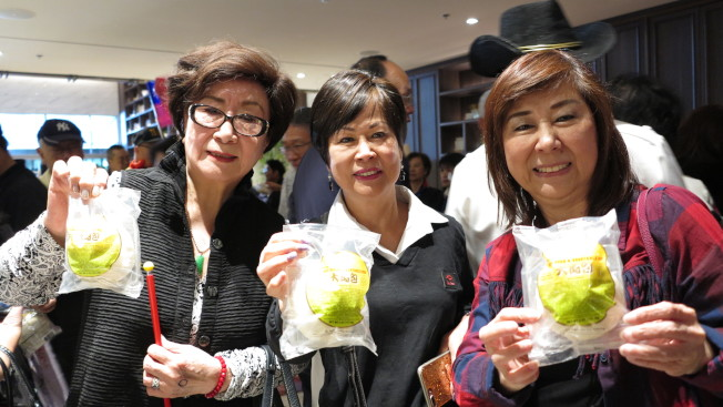 主辦單位在演講會後發送包子,意為「支持土包子選總統」。記者王慧瑛/攝影