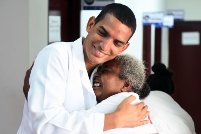 醫師不只為患者治病,還要懂得安撫心靈。(Getty Images)