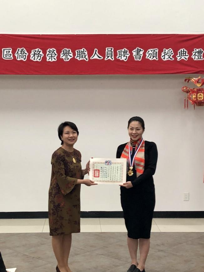 徐儷文(左)向黃江美瑩(右)頒發海外青年優秀獎章。(記者朱蕾╱攝影)
