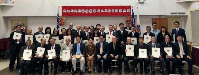 75位僑務榮譽職人員獲頒聘書,前排左六為徐儷文。(記者朱蕾╱攝影)