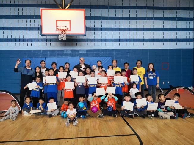 足球培訓班的小朋友們獲得證書。(記者黃伊奕/攝影)