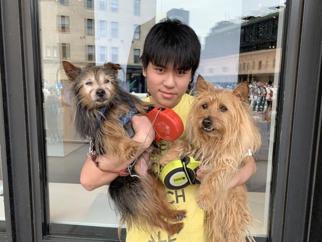 陳仲濠將兩隻寵物狗帶來參加遊行,他表示,人們應該對動物感同身受。(記者和釗宇/攝影)