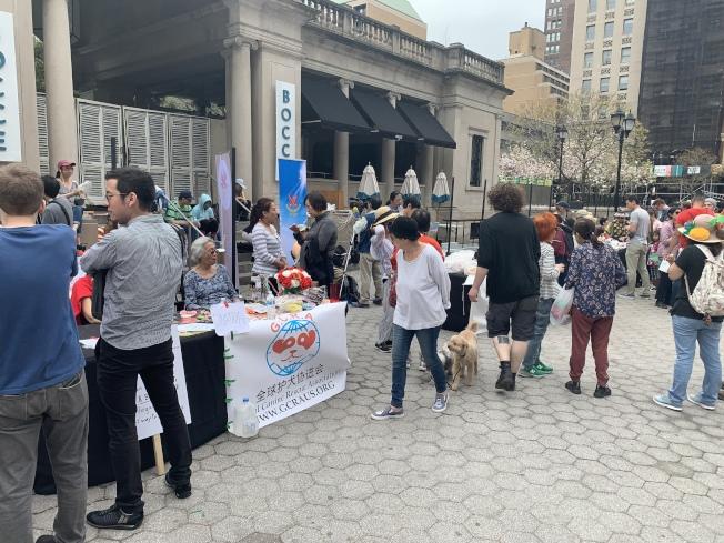 有超過40個團體在聯合廣場搭建了宣講台,舉行義賣、環保宣講和環保產品推廣。(記者和釗宇/攝影)