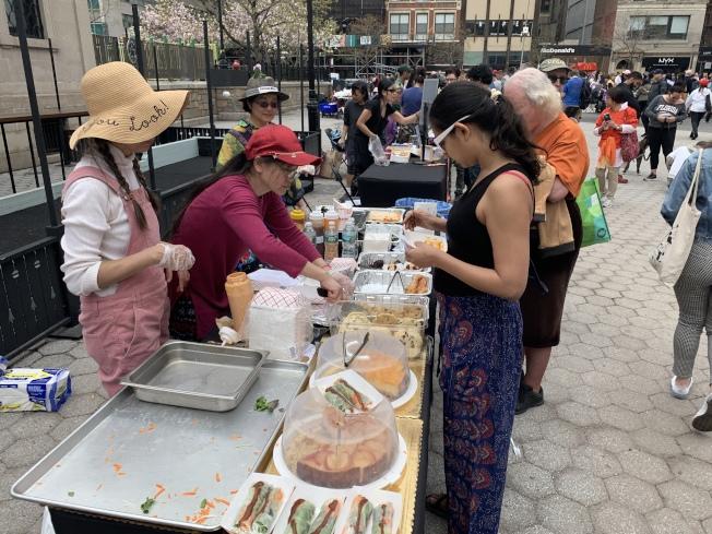有團體為民眾提供素食餐品試吃,吸引民眾大排長龍。(記者和釗宇/攝影)