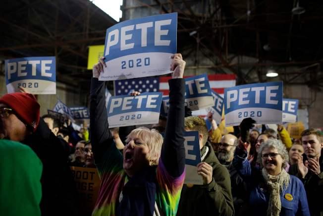 支持者為印州南灣市長布塔朱吉14日宣布正式參加民主黨總統提名初選,歡呼站台。(Getty Images)