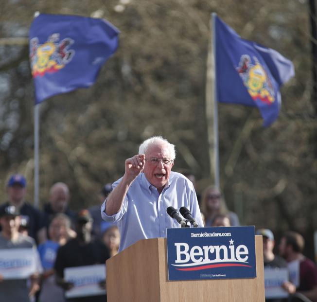 民主黨總統提名參選人桑德斯參議員14日在賓州匹茲堡競選,他抱怨遭到昔日敵手柯林頓人馬的抹黑。(美聯社)