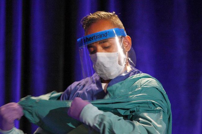 醫師示範伊波拉病毒(Ebola)防護衣穿戴。(Getty Images)