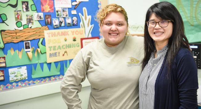馬凱博高中學生Sophia Dimas(左)提名伍美莉(右)申請榮譽獎成功。(學區提供)
