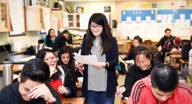 馬凱博高中教師伍美莉在課堂上教生物學。(學區提供)