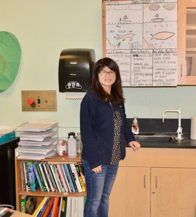 马凯博高中教师伍美莉和她的生物专栏。(记者丁曙/摄影)