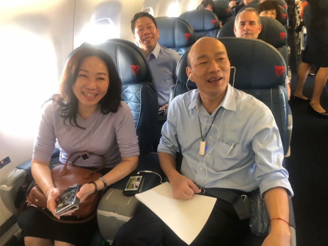 高雄市长韩国瑜美西时间14日下午搭国内线飞机从洛杉矶前往圣荷西,1个多小时的飞行时间,韩忙著准备明天到史丹福大学的演讲稿。记者王慧瑛/摄影
