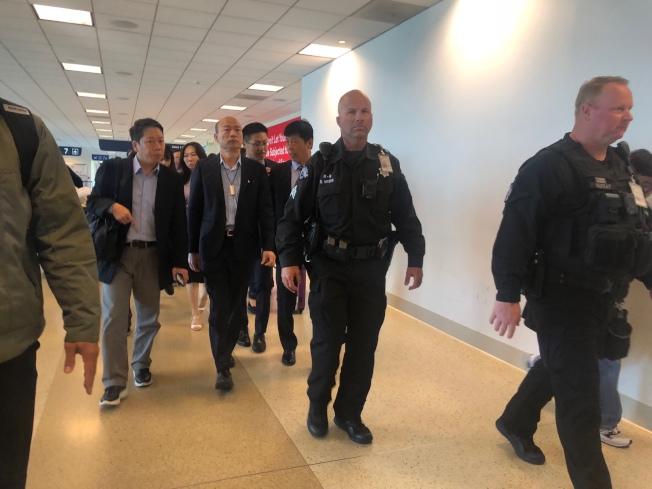 抵达圣荷西机场后,数百名侨胞热情接机,高举各式自制海报,维安人员则将韩国瑜层层保护,全程400公尺左右约走了20分钟。记者王慧瑛/摄影