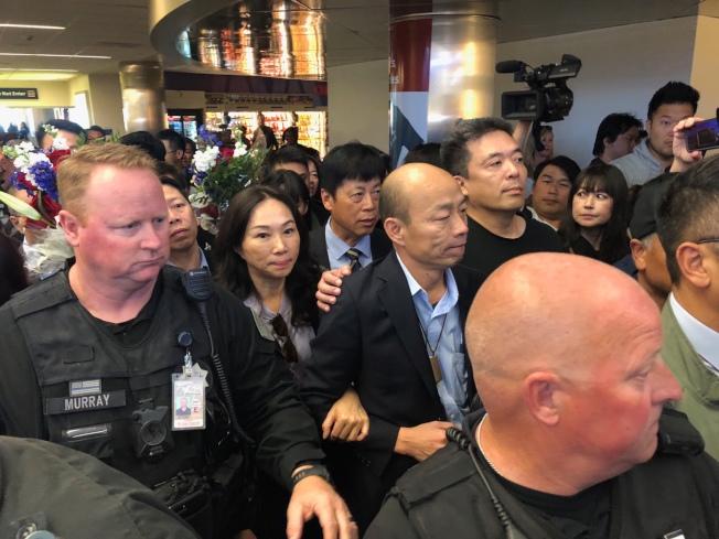 抵達聖荷西機場後,數百名僑胞熱情接機,高舉各式自製海報,維安人員則將韓國瑜層層保護,全程400公尺左右約走了20分鐘。記者王慧瑛/攝影