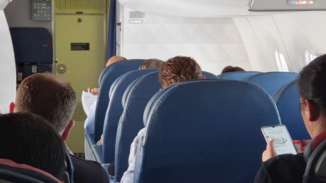 高雄市長韓國瑜美西時間14日下午搭國內線飛機從洛杉磯前往聖荷西,1個多小時的飛行時間,韓忙著準備明天到史丹福大學的演講稿。記者王慧瑛/攝影
