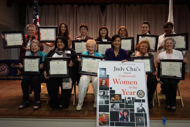 趙美心(前排右三)表彰年度傑出女性。(趙美心辦公室提供)
