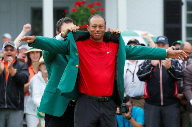 老虎伍茲第五度披上象徵高球至高無上榮譽的綠夾克。(路透)