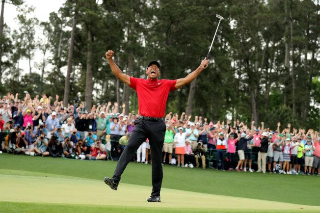 在全場觀眾緊視下,老虎伍茲14日贏得高球名人賽冠軍,興奮手足舞蹈。(路透)
