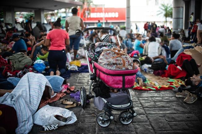 數以千計的中美洲無證移民一波波湧向美墨邊界,奔走數日後,抵達墨西哥,沿途隨地休息。(Getty Images)