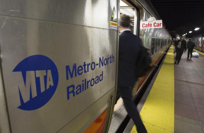 北方鐵路紐黑文線布朗士復敦站與曼哈頓大中央車站之間,14日開始雙向通車。(美聯社)