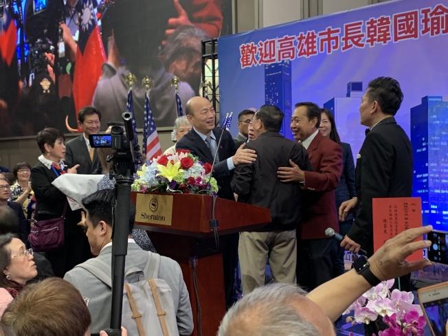 韓國瑜與老師親切握手、擁抱。(記者高梓原/攝影)
