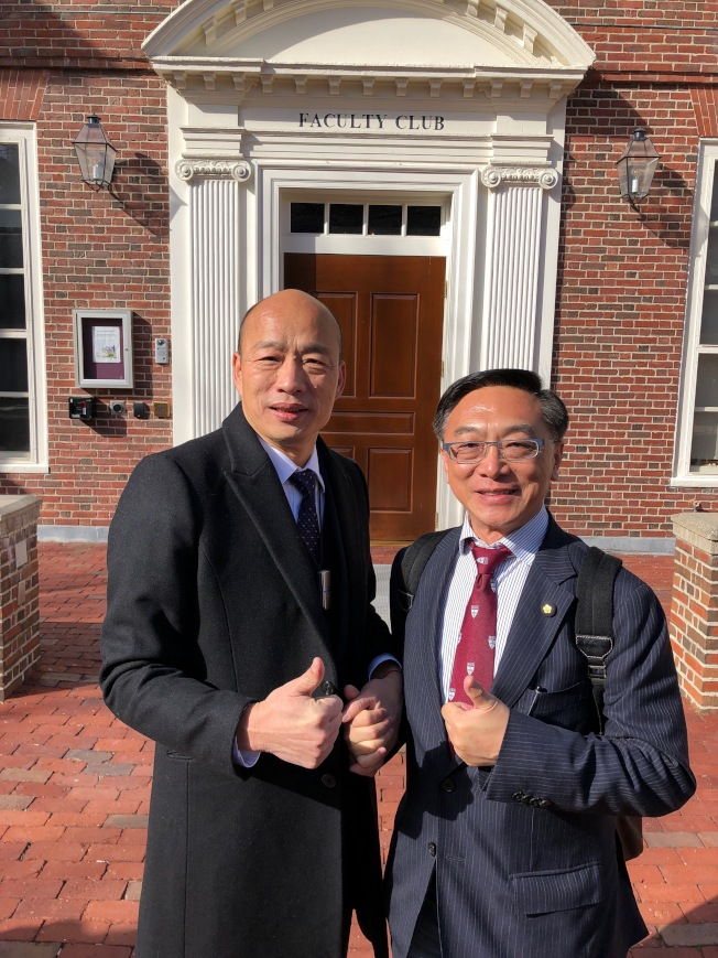高雄市長韓國瑜(左)與國民黨立委陳宜民(右)在哈佛大學合影。(陳宜民提供)