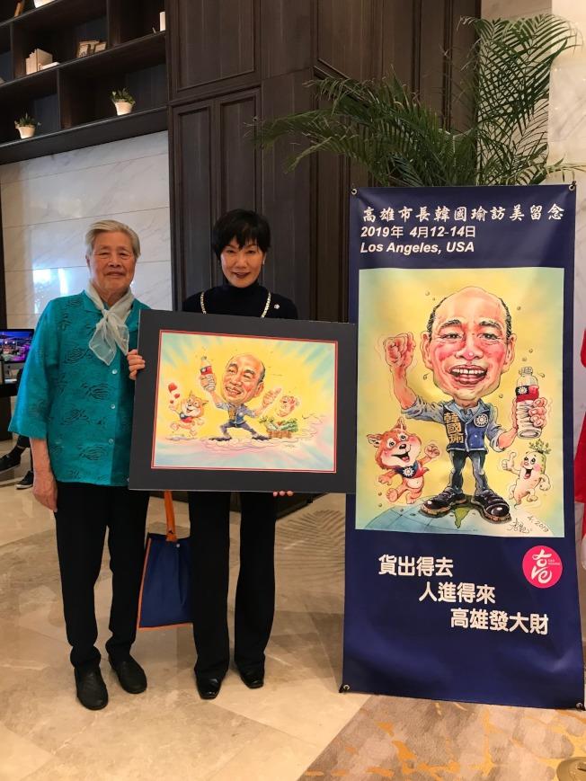 紀星華和母親楊美珍攝於兩幅以韓國瑜為主題的創作。(記者胡清揚/攝影)