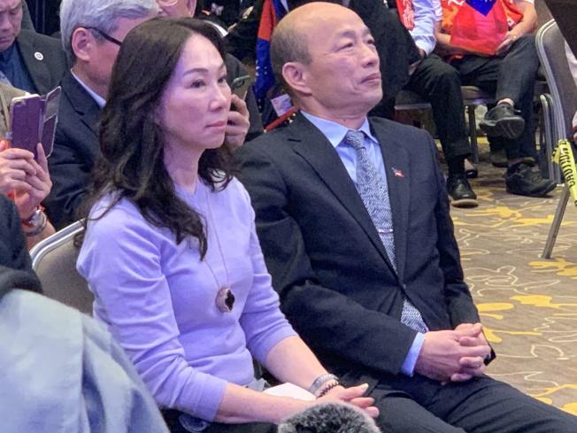 韓國瑜和太太李佳芬進入經濟講座會場。(記者高梓原/攝影)