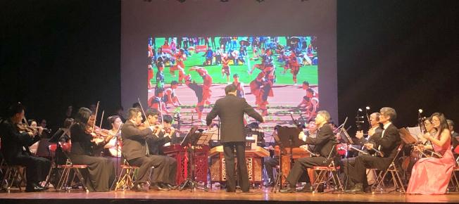 由蕭楫指揮、休士頓民樂團演奏的大型器樂合奏《瑤族舞曲》。(記者賈忠/攝影)