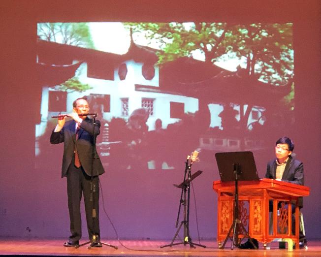 喬宏忱(左)笛子獨奏,馬濤揚琴伴奏。(記者賈忠/攝影)