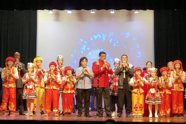 楊萬青等與華夏中文學校葫蘆絲班小朋友共同演出。(記者賈忠/攝影)