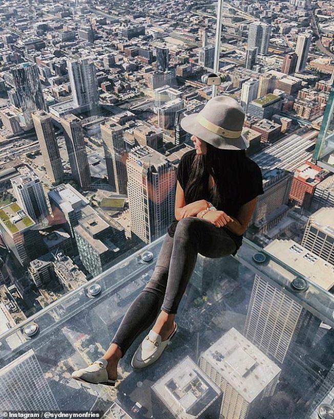 復敦大學大四生雪妮‧蒙費里斯14日凌晨至校園內一座鐘塔上拍攝紐約市的美景,不慎從40呎高處墜地死亡。圖為蒙費里斯在社交媒體有在芝加哥一棟大樓邊緣。(取材自Instagram)