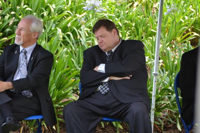 西柯汶納市前市長史賓斯(左二)曾在社區活動上,被拍到精神不振,昏昏欲睡。(記者啟鉻/攝影)