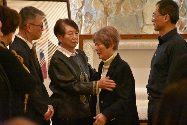 用此張  妹妹謝滌敏(右二)、妻子馮綺湘(中)及兒子謝立明(左二)都先後在喪禮上談到他們心中很了不起的謝漢屏。(記者李秀蘭/攝影)