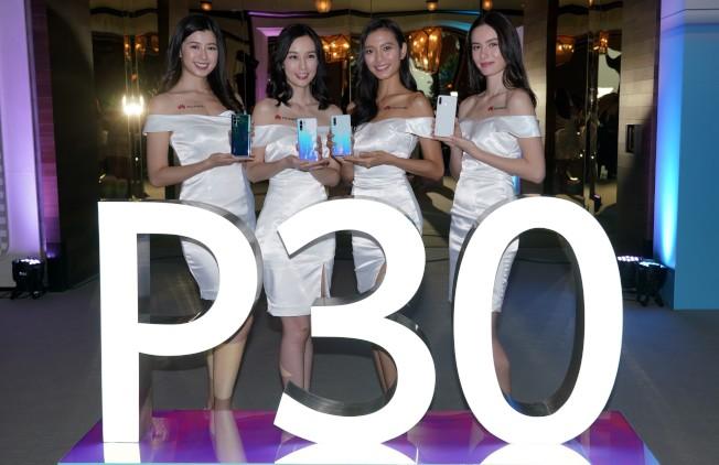 模特展示華為P30系列手機。  (中通社)