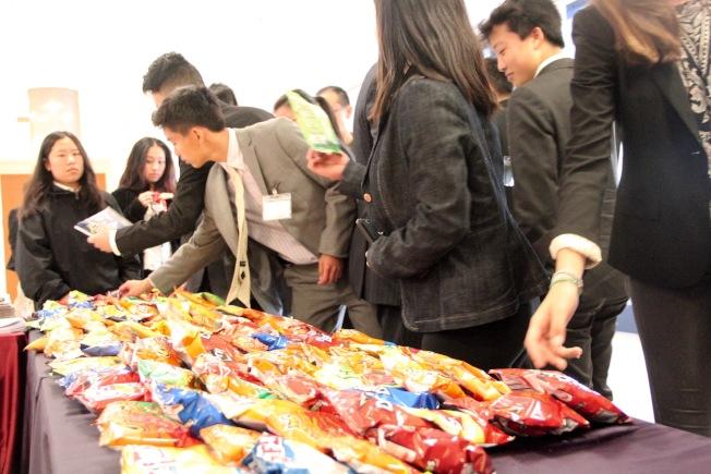 休息間隙,主辦方也給現場人士提供了零食。(記者李晗 / 攝影)