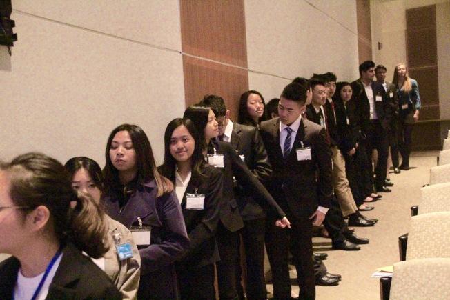 参赛者准备上台。(记者李晗 / 摄影)
