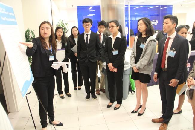 活动工作人员向参赛者讲解比赛规则。(记者李晗 / 摄影)