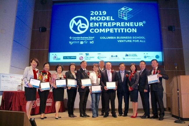 模擬創業競賽的贊助商和支持者台上合影。(記者李晗 / 攝影)