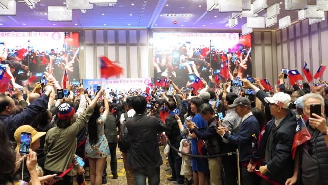 洛杉磯華僑相當熱情,讓韓國瑜直說感動。(記者王慧瑛/攝影)